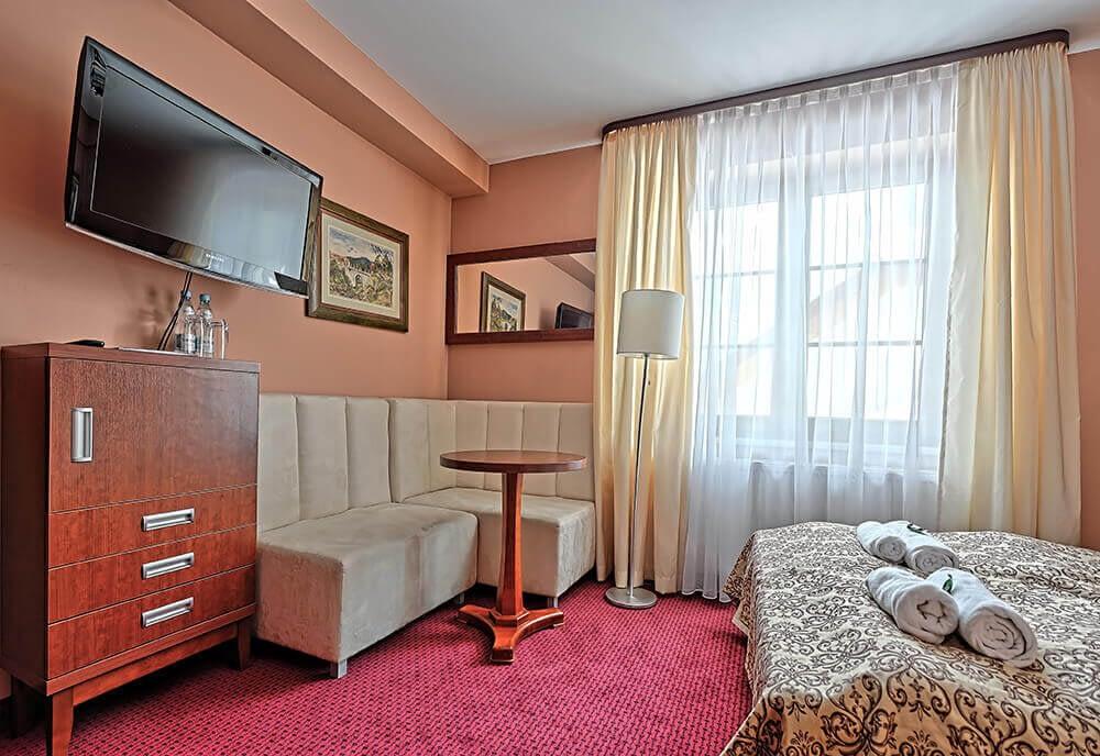 Pokój z dużym łóżkiem małżeńskim